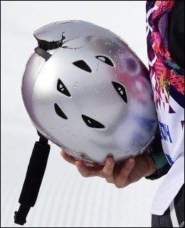 KRAFTIG SMELL: Sarka Pancochova gikk skikkelig på trynet og knuste baksiden av hjelmen sin. Foto: Afp