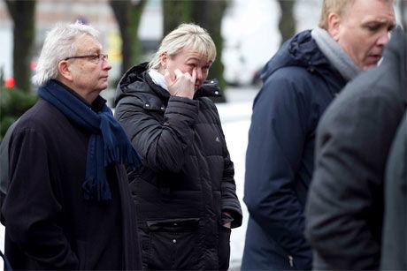 I SORG: Cecilie Leganger var blant dem som hadde møtt opp for å ta farvel med Karl Erik Bøhn. Foto: VG