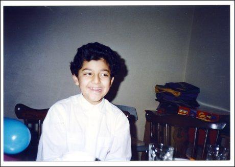 UNG GUTT: Her er Ubaydullah Hussain avbildet i familiens hjem på Grünerløkka i Oslo da han var 5-6 år gammel. Foto: PRIVAT