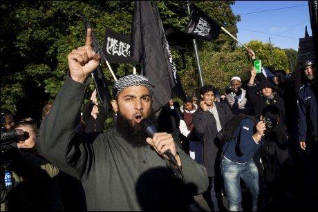 OMSTRIDT: Høsten 2012 var Ubaydullah Hussain talsmann for den radikale islamistgruppen «Profetens Ummah» og demonstrerte utenfor den amerikanske ambassaden i Oslo. Foto: KYRRE LIEN