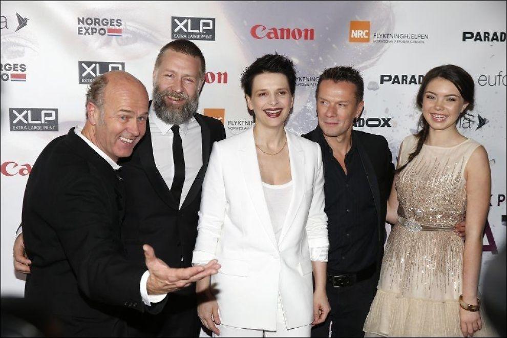 RØD LØPER: Her er regissøren og skuespillerne fra filmen på premieren. Fra venstre regissør Erik Poppe, Mads Ousdal, Juliette Binoche, Larry Mullen og Lauryn Canny. FOTO: TROND SOLBERG/VG