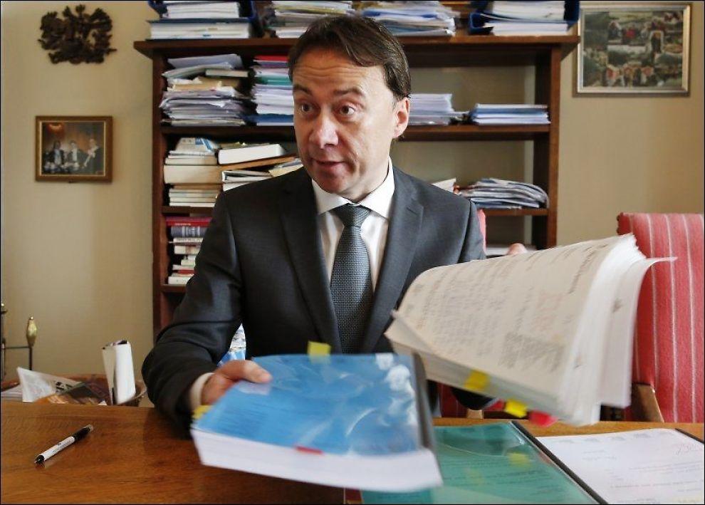 ADVOKAT-SEIER: Det har blitt mange saksdokumenter å holde styr på for Jan Inge Thesen i advokatfirmaet Robertsen i alle årene saken har pågått. Foto: Trond Solberg