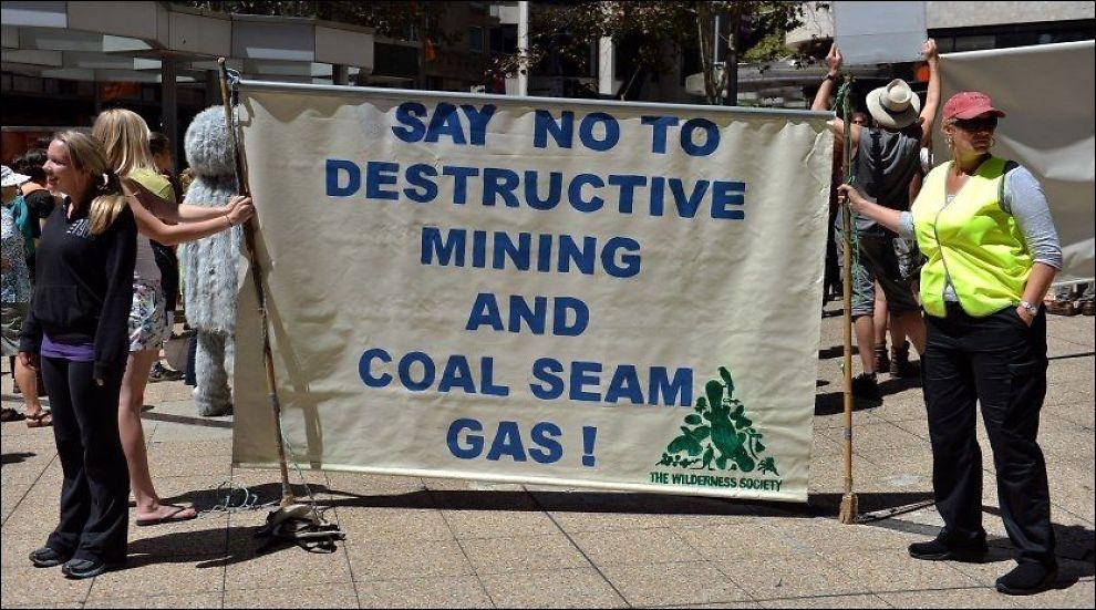 GRUVEPROTEST: Australske aktivister var torsdag i aksjon i Sydney for å demonstrere mot den nye gruven i New South Wales. Foto: AFP