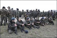 Skyter varselskudd mot ubevæpnede ukrainske soldater
