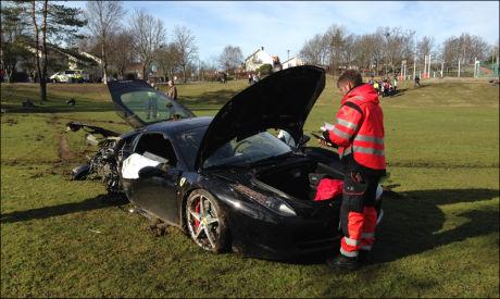 KJØRTE UT: To personer er fraktet til sykehus etter at bilen kjørte ut i Fredrikstad onsdag morgen. Foto: FOTO: ESPEN SJØLINGSTAD HOEN