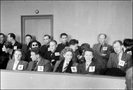 LANDSSVIKERE: Rinnanbanden i rettssalen. Her en smilende Kitty Grande og Inga Lerfall, tiltalte nr. 6 og 7. Tiltalte nr. 4 er Ragnhild Strøm. Bak med briller sitter Karin Dillner Olsson. Foto: SCHRØDERSAMLINGA, SVERRESBORG MUSEUM