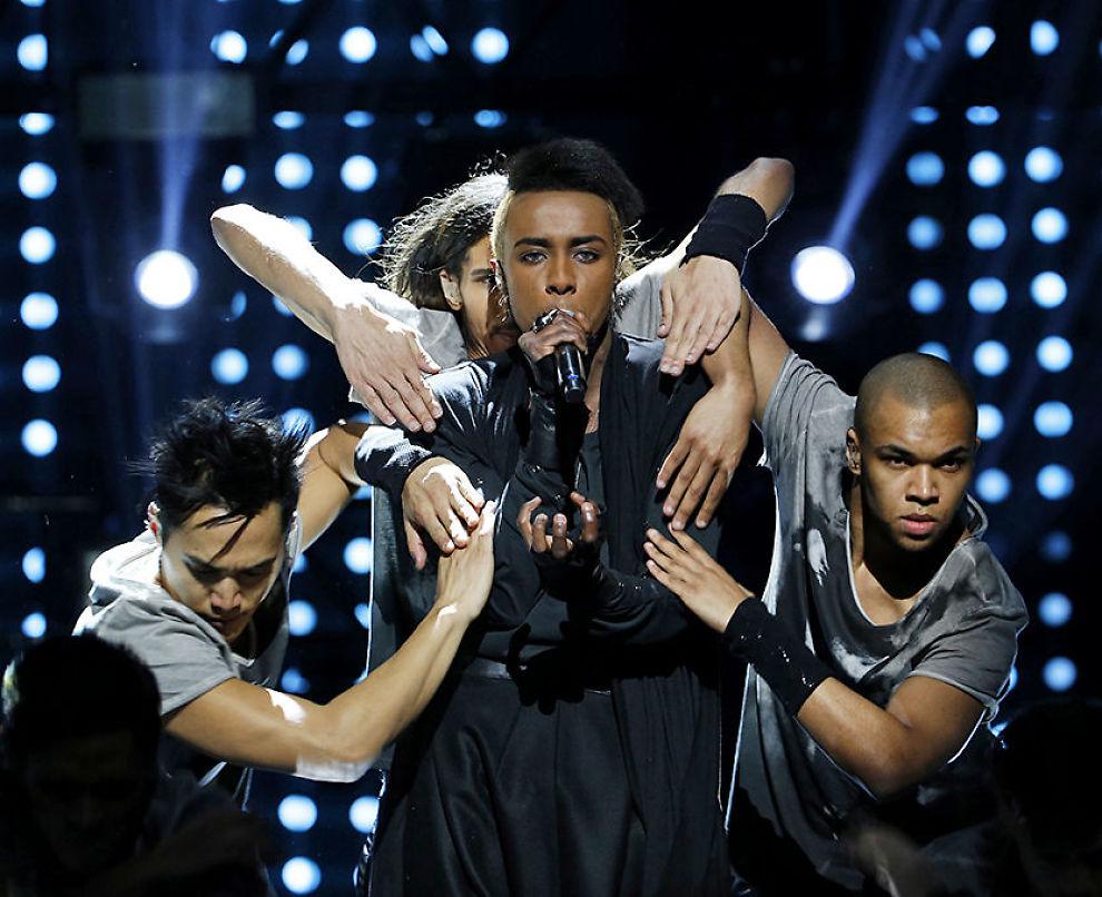 TIL STEDE: Mo fremførte låta «Heal» som handler om å komme seg tilbake på beina etter en tøff tid. Foto: SCANPIX