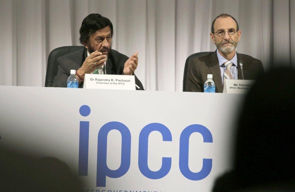 LEDER PANELET: IPCC-leder Rajendra K. Pachauri (t.v) og Christopher Field på en pressekonferanse mandag etter å ha lagt frem FNs klimapanels nye rapport på klimaendringene. Foto: NTB Scanpix