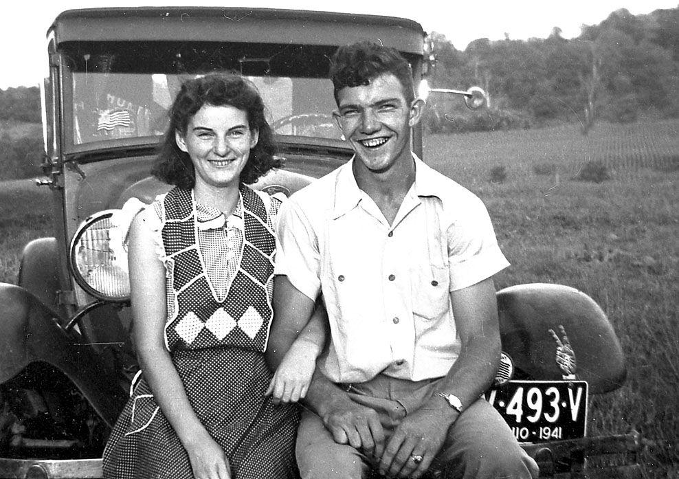 LIVSLANG KJÆRLIGHET: Dette bildet av Helen og Kenneth Felumlee er fra september 1941, nesten tre år før de giftet seg. Foto: AP/FELUMLEE FAMILIEN