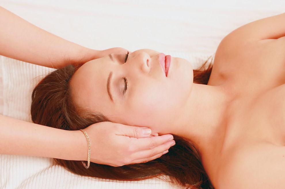 VIRKER DETTE? Hele en av tre nordmenn går til ulike former for alternativ behandling. Mest populært er massasje, akupunktur, soneterapi, healing og homeopati. Foto: Microstock