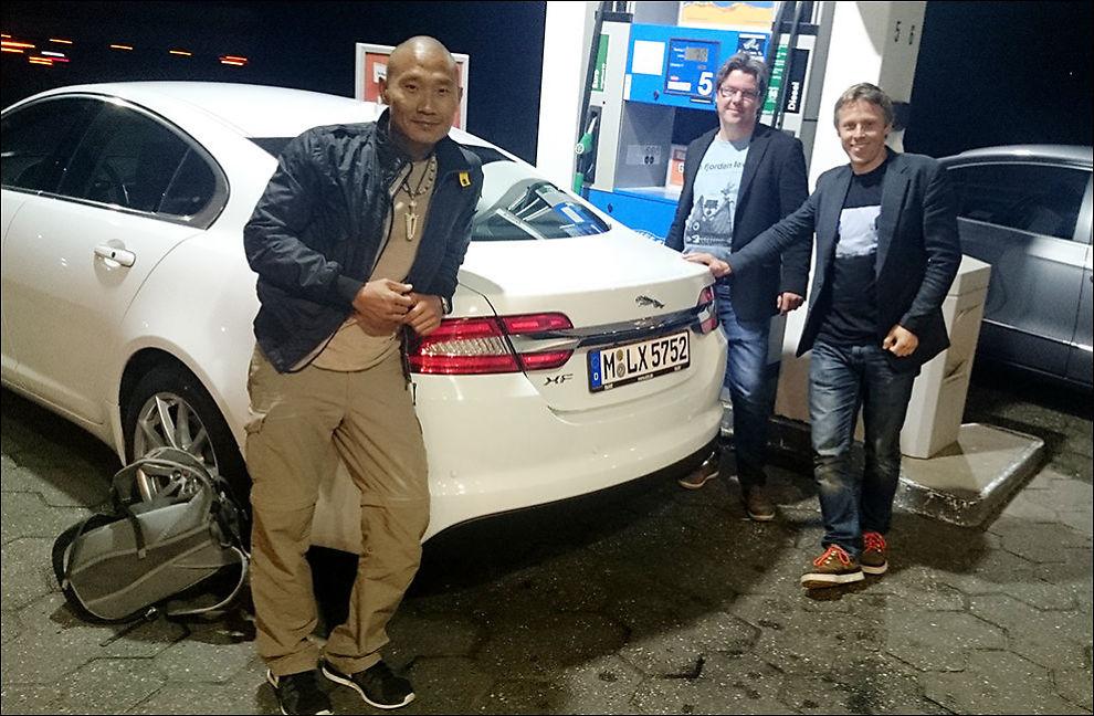 GLOBETROTTERE: (F.v.) Tay-young Pak, Øystein Djupvik og Gunnar Garfors. Her er gjengen utenfor Maastricht i Nederland, klare for å starte rekordforsøket ved midnatt. Foto: Privat.