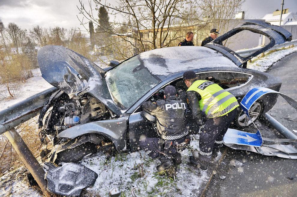 Audien til Petter Northug (28) kjørte over en rundkjøring, meide ned skilt - og endte i autovernet på Byåsen i Trondheim. FOTO: HENRIK SUNDGÅRD/SUNDGÅRD MEDIA