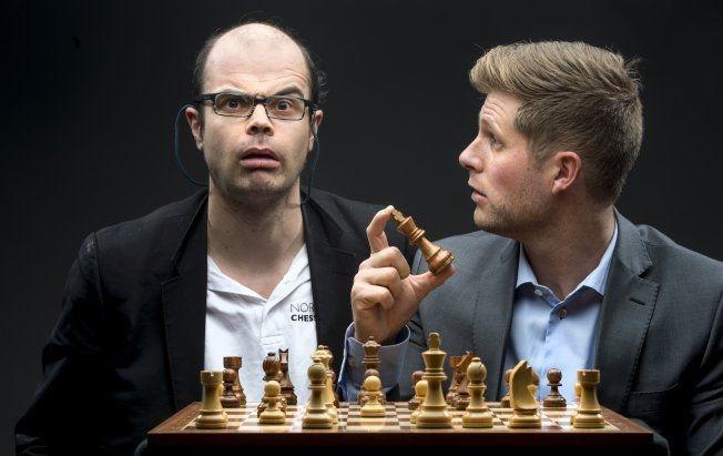 SJAKK-DUO: Hans Olav Lahlum (til venstre) og programleder Mads A. Andersen byr opp til ny sjakkdans. Under VM i høst ledet de to en rekke sendinger på VGTV. Foto: VG