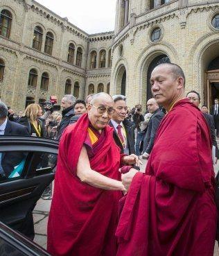 BESØK PÅ STORTINGET: Regjeringen sa nei, men fredag morgen fikk Dalai Lama besøke Stortinget. Foto: NTB/Scanpix