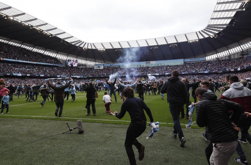 VILE TILSTANDER: Flere tusen City-supportere løp ut på Ethiad-gresset da kampen var over. Foto: AP