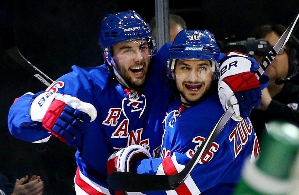 SEIER: New York Rangers vant overbevisende mot Pittsburgh Penguins. Her feirer Mats Zuccarello (t.h) sammen med Derick Brassard etter at sistnevnte satte inn 3-1. Foto: AFP