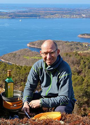 I NATUREN: Odd Roar Lange, her ved Julaksla vest for Molde - med utsikt over Romsdalskysten, forteller at han får lite tilbud om sponsing, men at han uansett ikke ønsker det. - Jeg har lyst å være uavhengig, forklarer Lange. Foto: Privat
