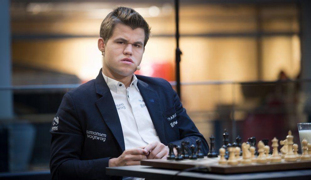PÅ NORGES LAG: Magnus Carlsen er den største stjernen på det norske sjakklaget. Her er han under Carlsen mot Norge-partiet tidligere i mai. Foto: Robert S. Eik, VG