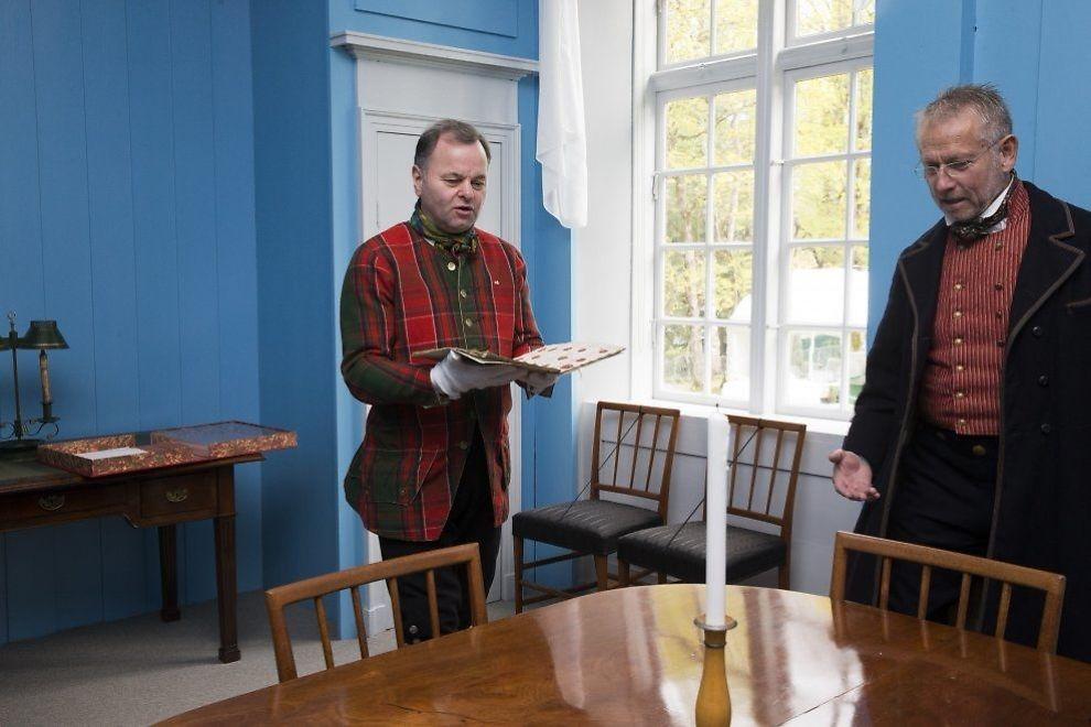 NÅ ER DEN «HJEMME»: Stortingspresident Olemic Thommessen (t.v.) sammen Erik Jondell, direktør Eidsvoll 1814 i det han bærer Grunnloven opp i Rikssalen i Eidsvollsbygningen og legger den på bordet der den ble signert 1814, under 17. mai feiringen i forbindelse med Grunnlovsjubileet. Det originale grunnlovsdokumentet ligger til vanlig forvart i stortingsarkivet. Den returnerer til Stortinget senere på kvelden. Foto: Berit Roald / NTB scanpix