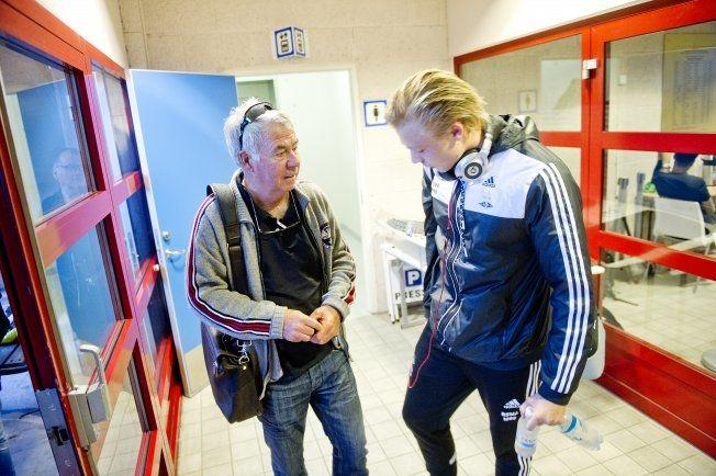SLAKTER RBK: Egil «Drillo» Olsen var meget kritisk mot RBK da han kommenterte kampen for TV 2. Her er han i samtaler med Alexander Søderlund etter kampen. Foto: NTB Scanpix