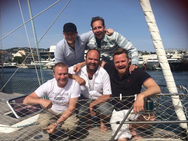 """PÅ SJØEN: """"Jakten på Berlusconi""""-teamet. Odd Magnus Williamson, Morten Ramm. Foran: Edward Schultheiss, Atle Antonsen, Ole Endresen. Foto: JON SELÅS"""