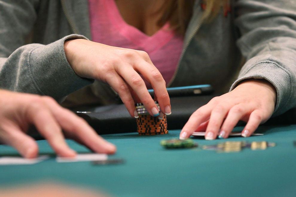 <p>BLIR LOVLIG: Regjeringens nye forslag vil gjøre det lovlig å spille poker om penger i hjemmet - så lenge det er under 5.000 kroner i potten.<br/></p>