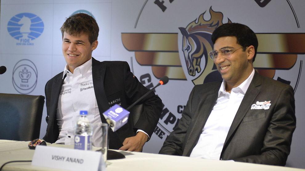 <p>GAMLE KJENTE: Magnus Carlsen (til venstre) og Viswanathan Anand under en pressekonferanse i Chennai i fjor høst. Da ble Carlsen verdensmester. Nå skal Anand forsøke å ta tilbake tronen i Sotsji.<br/></p>