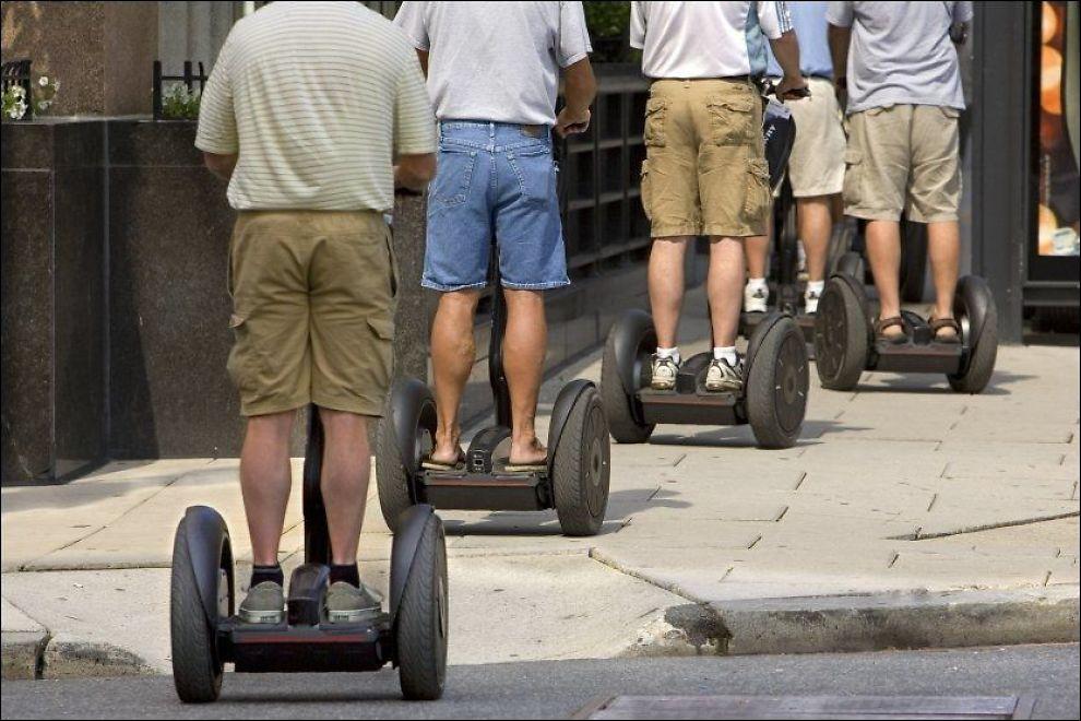 <p>STÅENDE RULLING: Segway er blitt populære farkoster i flere byer. Mannlige turister ruller helt lovlig rundt på sightseeing i Washington DC i USA. Nå blir det lovlig å stå avgårde også i Norge.<br/></p>
