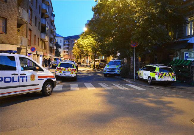 <p>STORUTRYKNING: Mange politipatruljer og hundepatrulje søker etter den maskerte gjerningsmannen på Grønland i Oslo.<br/></p>