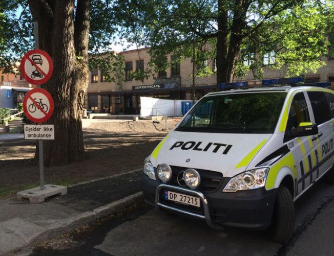 HOLDER VAKT: Politiet er på plass utenfor Ullevål sykehus. Foto: Ingeborg Huse Amundsen