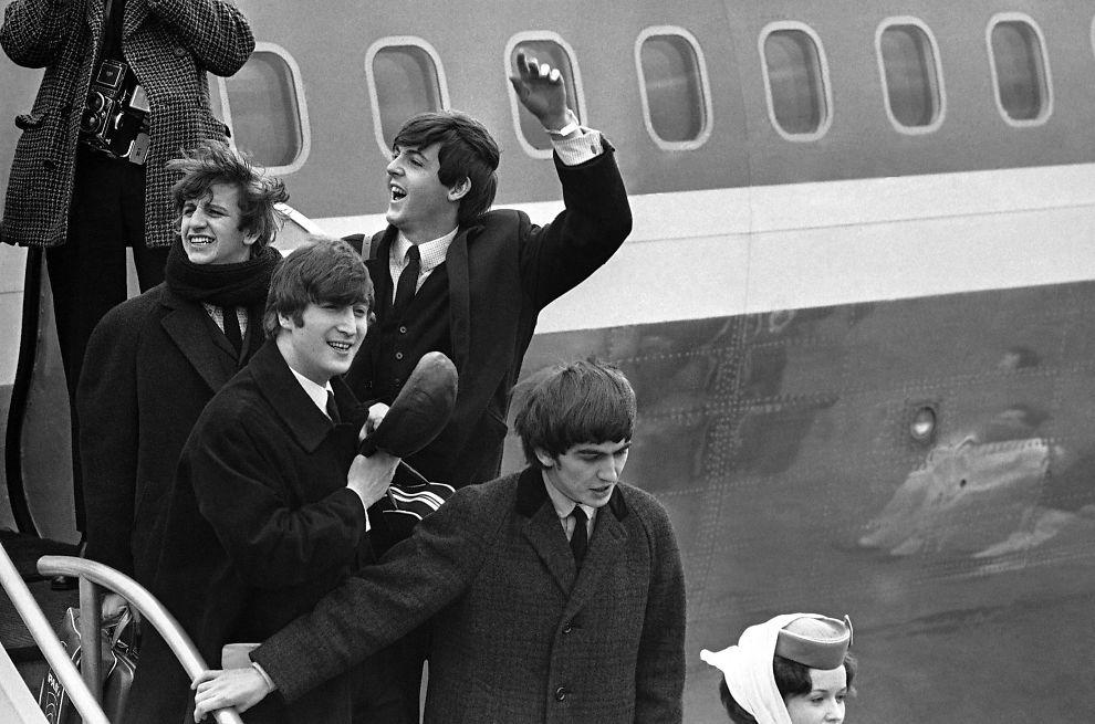 <p>POPULÆR KVARTETT: The Beatles, fra venstre: Ringo Starr, John Lennon, Paul McCartney og George Harrison. Her i New York på John F. Kennedy flyplass. Foto: AP Photo, File</p>