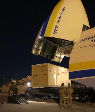 <p>MITT FLY ER LASTET MED..: Her rulles containere med gradert norsk utstyr om bord i verdens største fly i Mazar-e Sharif i Afghanistan onsdag. Som du ser: Containerne går inn på tvers.<br/></p>