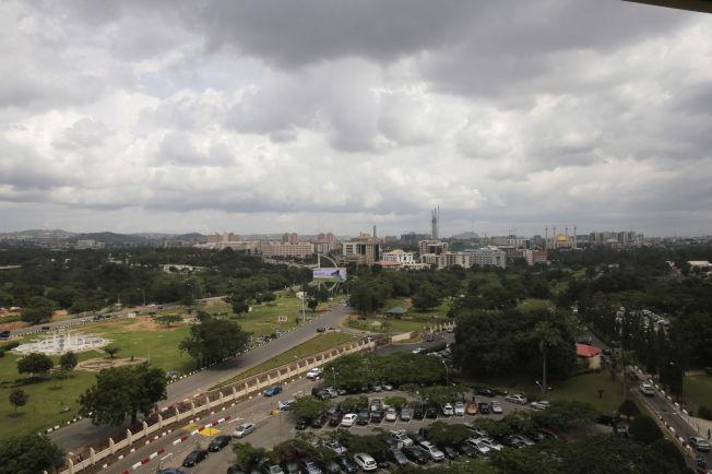 OVERBEFOLKET: Utsikt over den nigerianske hovedstaden Abuja. Ifølge UNICEFs prognoser vil landet være det tredje mest folkerike i verden i år 2100.