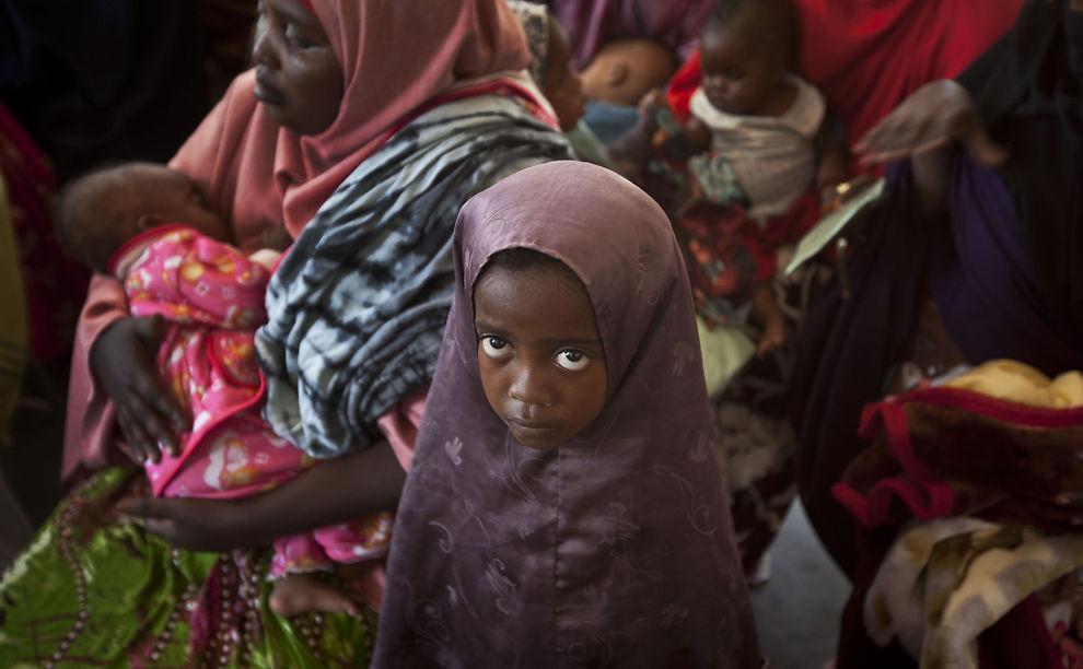 <p>FARLIGE SYKDOMMER: En somalisk mor venter her i kø for å få vaksinert barna sine. På grunn av den store befolkningsøkningen i Sentral - og Vest-Afrika dør to millioner barn under fem år av sykdommer som kunne vært forhindret i regionen.</p>