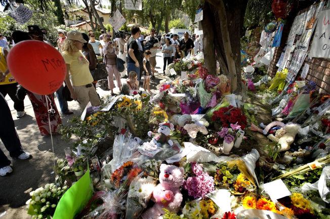 <p>SORG: To dager etter dødsfallet var det massevis av både fans og pressefolk utenfor moren Katherine Jackson sitt hus. Mengder av blomster og hilsener ble lagt ned. Foto: Espen Braata</p>