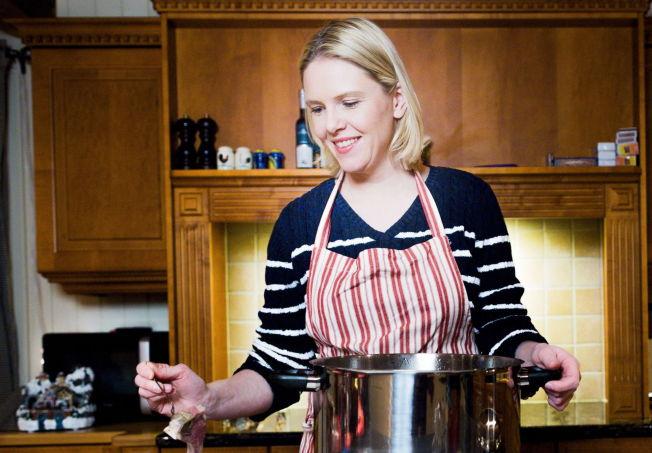 <p>VED GRYTENE: Landbruks- og matminister Sylvi Listhaug (Frp) vil nordmenns store matsvinn til livs. Her er hun avbildet hjemme på kjøkkenet i forbindelse med en tidligere sak.</p>
