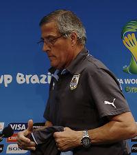 Uruguay-treneren gir media skylden for Suárez-straffen