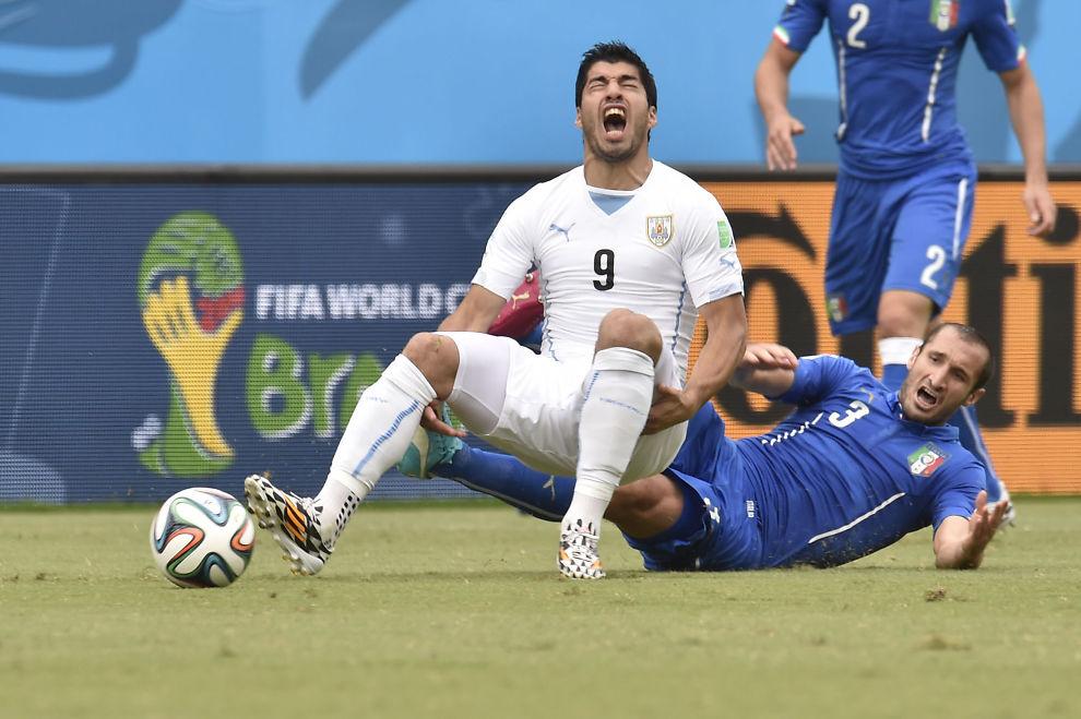 <p>FALT, MEN BET IKKE: Luis Suarez har forklart hva som skjedde da han og Giorgio Chiellini barket sammen i tirsdagens kamp.<br/></p>