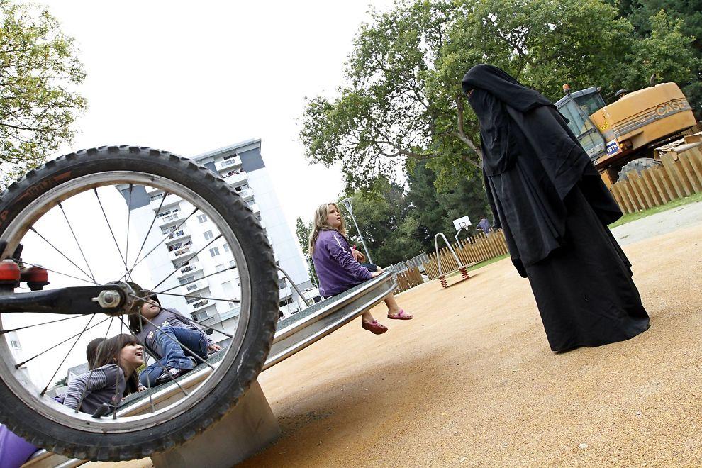 FORBUD ER OK: Denne franske kvinnen sa til VG i 2010 at hun ikke ville gå utendørs mer, etter at Frankrike innførte forbud mot offentlig bruk av heldekkende plagg. Nå har EMD avvist en klage mot forbudet, fra en muslimsk kvinne.