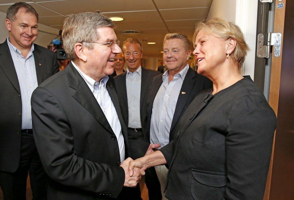 <p>BESØK: IOC-president Thomas Bach møtte kulturminister Torhild Widvey (H) på Ullevaal Stadioni vår. I bakgrunnen: Inge Andersen, Gerhard Heiberg og idrettspresident Børre Rognlien.<br/></p>