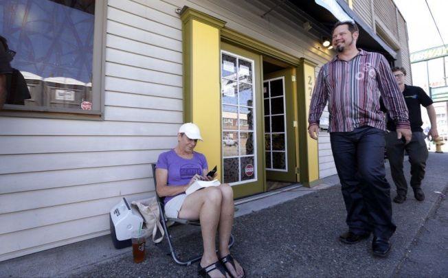 <p>SATT I KØ: Deb Greene (65) ventet på å få kjøpe marihuana.<br/></p>