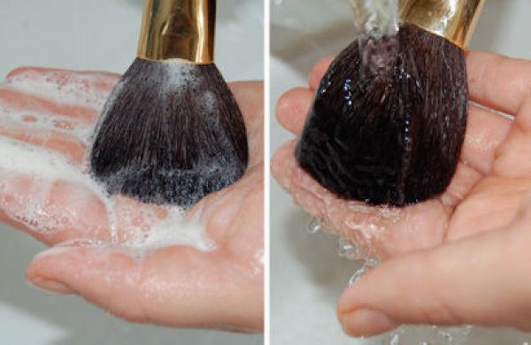 VASK HVER UKE: For å unngå at sminkekosten din blir en bakteriebombe, bør du vaske den hvertfall én gang i uken, om ikke hver dag, tipser ekspertene. Foto: SiljeAustnes.com (Innhentet tillatelse)