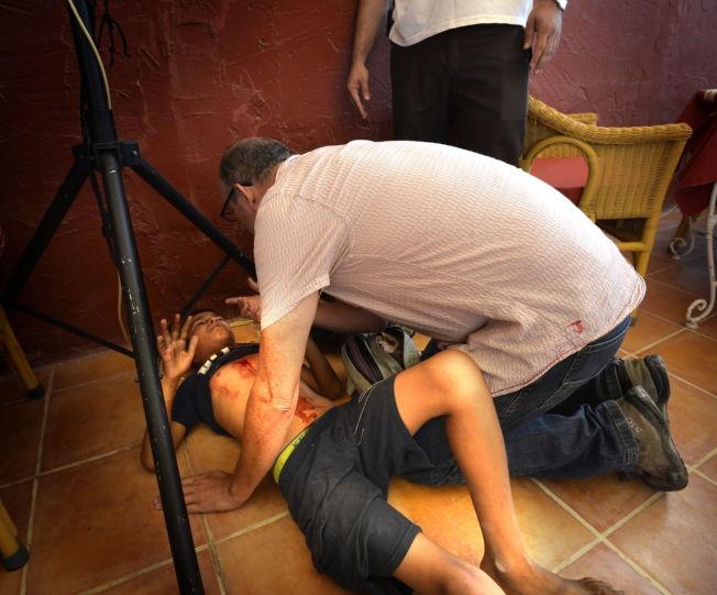 <p>HJELPER: Fire unge gutter ble drept og flere såret under et israelsk bombeangrep ved stranden i Gaza By. Journalister, blant dem Peter Beaumont fra The Guardian, gav førstehjelp til noen av de sårede.<br/></p>