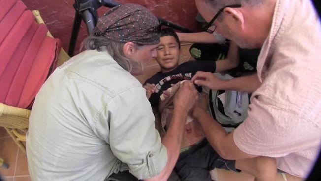 <p>SKADET: VGs fotograf Harald Henden og Peter Beaumont fra The Guardian utfører førstehjelp på et barn i Gaza.</p>