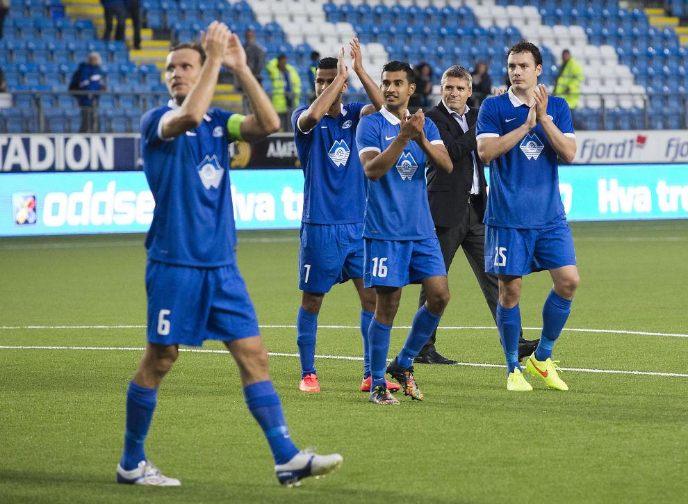 <p>TAKKER FANSEN: Moldes Daniel Berg Hestad (fra venstre), Harmeet Singh, Etzaz Hussain, Tor Ole Skullerud og Vegard Forren takker supporterne etter hjemmekampen mot Gorica.<br/></p>