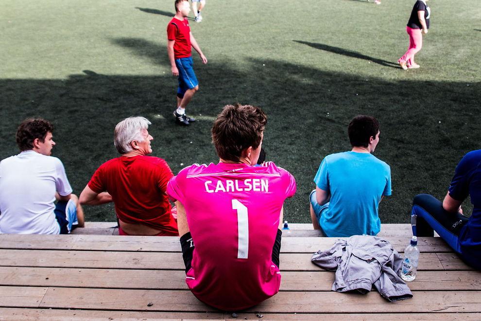 MADRID-SUPPORTER: Real Madrid-fan Magnus Carlsen fikk årets rosa bortedrakt i gave fra klubben.