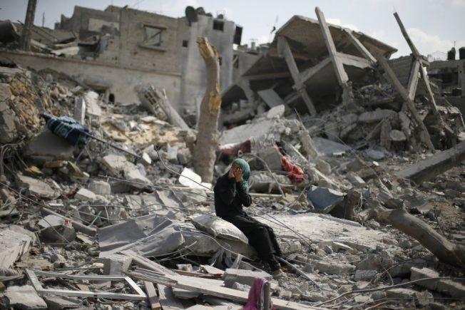 SØNDERKNUST: En palestinsk kvinne sitter ved ruinene av hennes ødelagte hjem i Beit Hanoun, nord på Gazastripen. I går turte mange palestinere å oppsøke sine nabolag for å undersøke skadene, som følge av en 72 timer lang våpenhvile som ble iverksatt tirsdag.