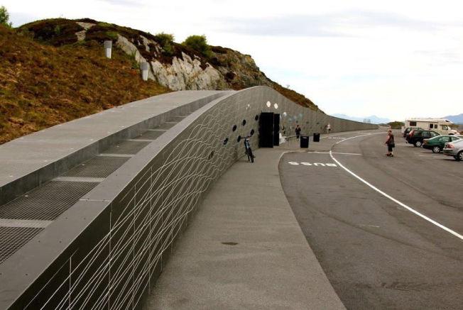<p>ELDHUSET: Tett på Atlanterhavsveien og den nye «svevende» gangbrua, er det i sommer satt opp et nytt servicebygg med kafe og toaletter. Arkitekt har vært Ghilardi+Hellsten.<br/></p>