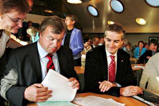 <p><b>NÆRE KOLLEGER:</b> Tidligere helseminister Bjarne Håkon Hanssen og tidligere utenriksminister Jonas Gahr Støre under et møte i Arbeiderpartiets stortingsgruppe i september 2006, hvor de diskuterte sykelønnsordningen.</p>