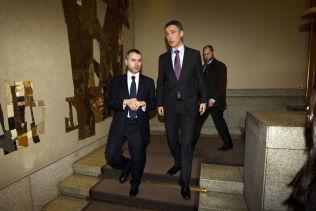 <p><b>KOLLEGER:</b> Statssekretær Torbjørn Giæver Eriksen og daværende statsminister Jens Stoltenberg på vei ned trappen fra Vandrehallen i Stortinget i januar 2011.</p>